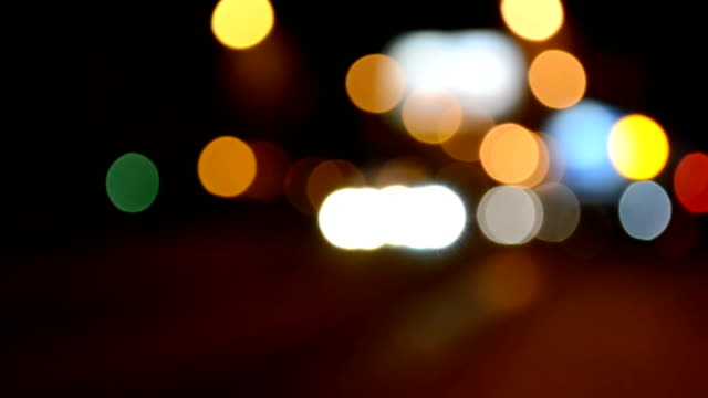 밤에 교통입니다. 밖으로 초점을 맞춥니다. - 초점 이동 스톡 비디오 및 b-롤 화면