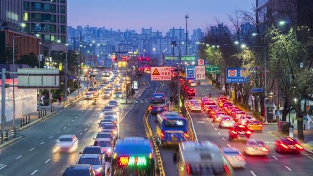 vídeos de stock, filmes e b-roll de tráfego na cidade de seul, coréia do sul. timelapse 4k - coreia
