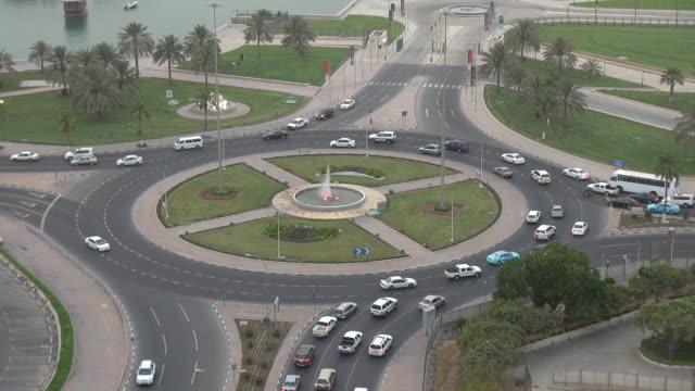 vidéos et rushes de feu de voiture par jour à doha, au qatar - doha