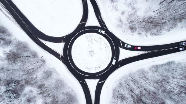 vidéos et rushes de carrefour giratoire et paysage enneigé - vue aérienne - rond point