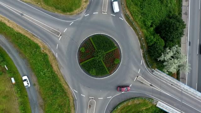 vidéos et rushes de au rond-point de vue aérienne rond-point - rond point
