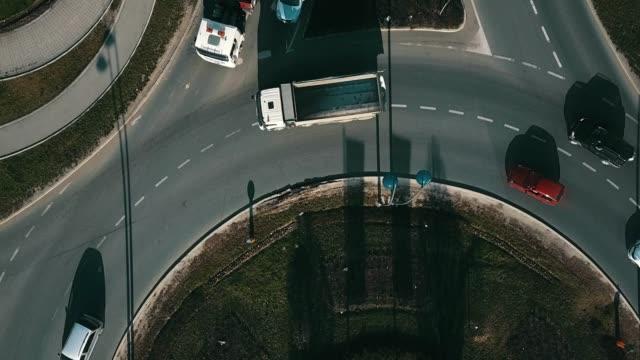 vidéos et rushes de carrefour giratoire - rond point