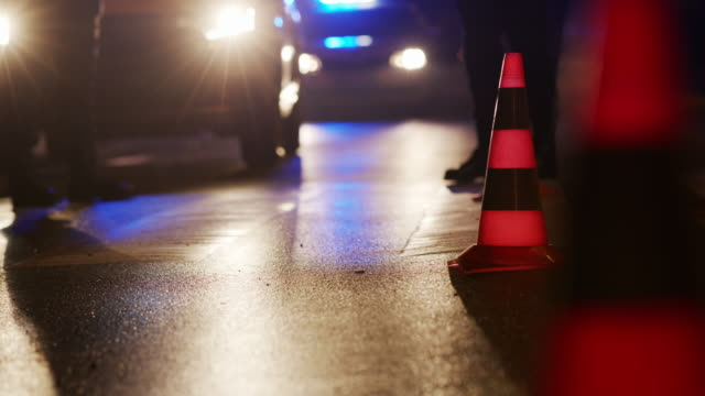 trafikkon på vägen. plats för en olycka. transport. vägtrafik på natten. tecken - bilolycka bildbanksvideor och videomaterial från bakom kulisserna