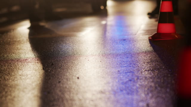 trafikkon på vägen. plats för en olycka. transport. vägtrafik på natten. tecken - alcoholism bildbanksvideor och videomaterial från bakom kulisserna