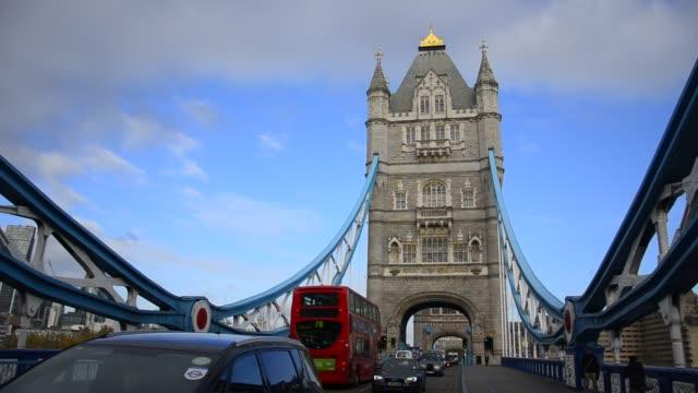 verkehr kreuzt tower bridge in london. die tower bridge ist ein wahrzeichen von london - wasserstoff stock-videos und b-roll-filmmaterial