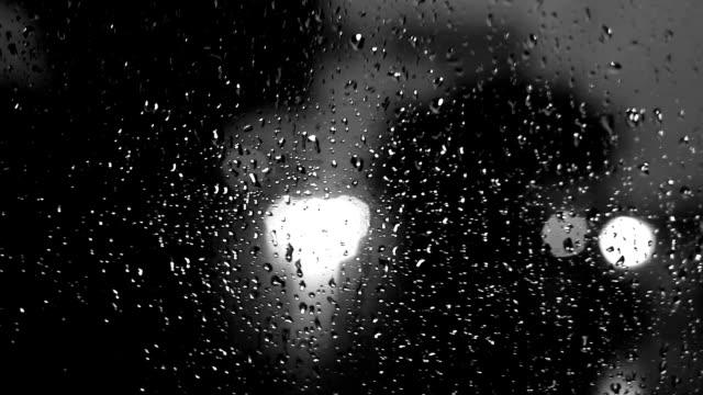 車の中からの梅雨の季節の眺めの間に交通 - 都市 モノクロ点の映像素材/bロール