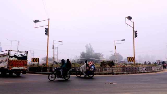 vídeos de stock, filmes e b-roll de tráfego durante a temporada de inverno - nova delhi