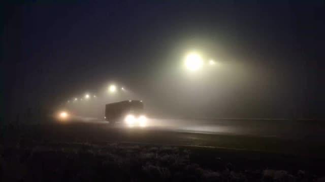 traffico in una città nebbiosa - transcarpazia video stock e b–roll