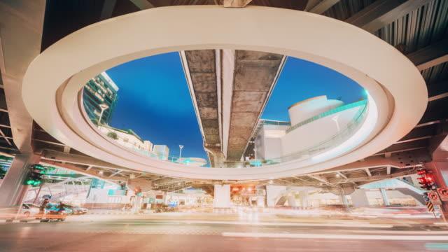 vídeos de stock, filmes e b-roll de tráfego em bangkok tailândia hora de crepúsculo - bangkok
