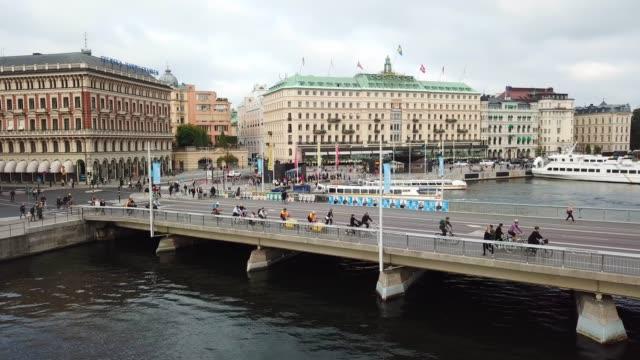 trafiken i centrala stockholm sedd från ovan - stockholm bildbanksvideor och videomaterial från bakom kulisserna