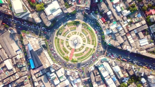 vidéos et rushes de trafic dans la vue aérienne de ville - rond point