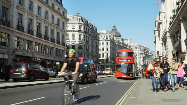 vídeos y material grabado en eventos de stock de tráfico en london regent street (uhd - london