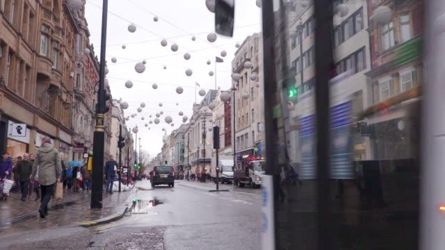 verkehr in der oxford street london im regen - wahrzeichen stock-videos und b-roll-filmmaterial