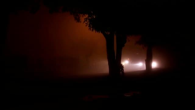 stockvideo's en b-roll-footage met verkeer in de stad tijdens mistige nacht time-lapse - mist donker auto