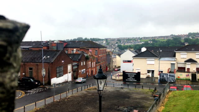 traffic in the city of derry in ireland on overcast day - графство дерри стоковые видео и кадры b-roll