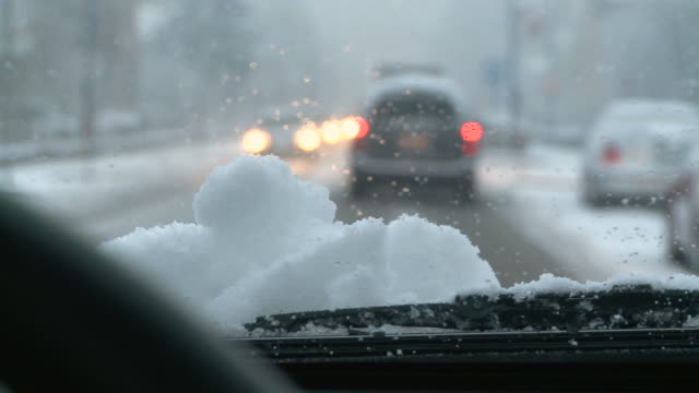 hd: traffic in the snow - vindruta bildbanksvideor och videomaterial från bakom kulisserna