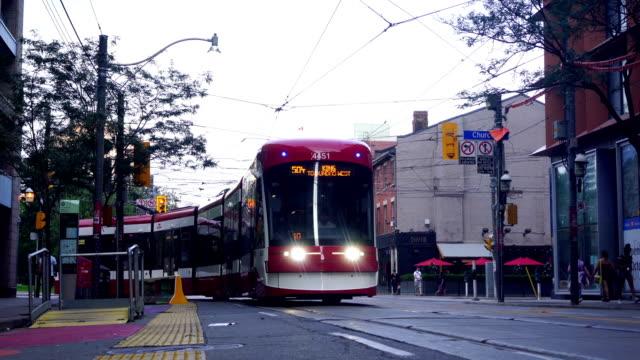 traffic in toronto downtown - деловой центр города стоковые видео и кадры b-roll