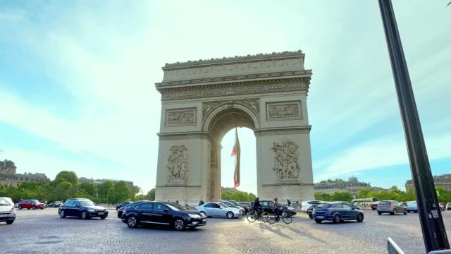 vidéos et rushes de embouteillage et piétons dans l'heure de pointe du matin à l'arc de triomphe, paris, france, mouvement cinématographique steadicam - rond point