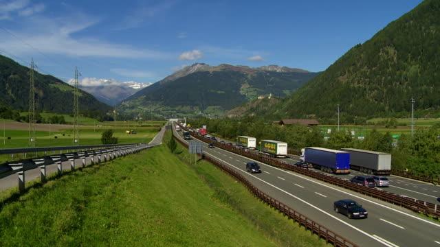 vídeos de stock, filmes e b-roll de engarrafamento em brennerautobahn, no tirol do sul - tyrol state austria