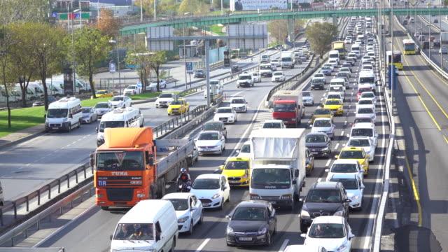 イスタンブール、メトロバス、車が徐行運転で交通渋滞 - 渋滞点の映像素材/bロール