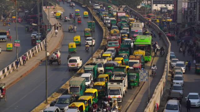 hindistan'da yeni delhi'nin kirli sokaklarında trafik sıkışıklığı - hindistan stok videoları ve detay görüntü çekimi