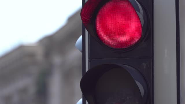 vídeos y material grabado en eventos de stock de un semáforo sobre la carretera regula la carretera. primer plano. cambie los semáforos. normas de tráfico y seguridad de conducción - semáforo
