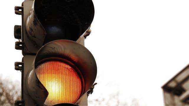 vídeos y material grabado en eventos de stock de primer plano de la luz del semáforo. tono sepia. - stop sign