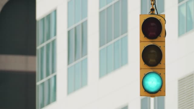 traffic light in an american city street - segnale per macchine e pedoni video stock e b–roll