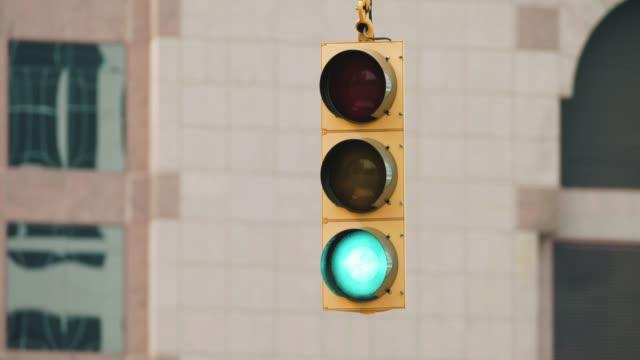 vídeos y material grabado en eventos de stock de semáforo en una calle de la ciudad americana - semáforo