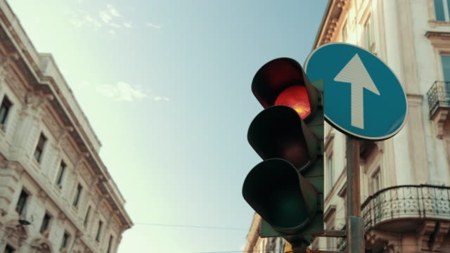 traffic light is broken and yellow light doesn't work. red switches to green - gest stop filmów i materiałów b-roll