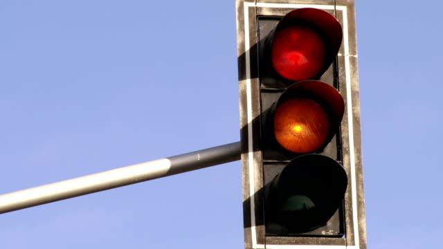 信号を通過します。赤色から緑色ます。ループます。 - 交通信号機点の映像素材/bロール
