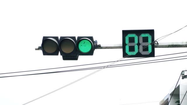 信号が赤に変わります - 交通信号機点の映像素材/bロール