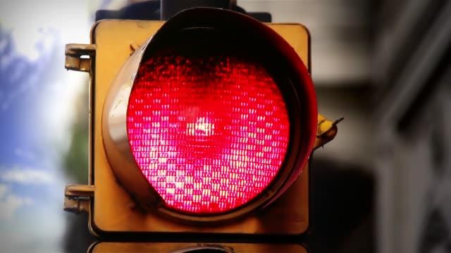 vídeos y material grabado en eventos de stock de semáforo con luz roja en buenos aires. primer plano. - hispanoamérica