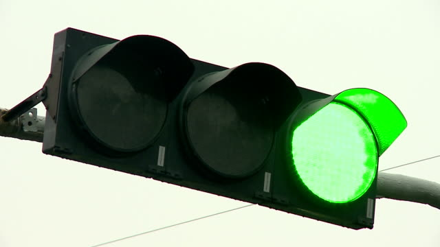 traffic lights at road crossings. - segnale per macchine e pedoni video stock e b–roll