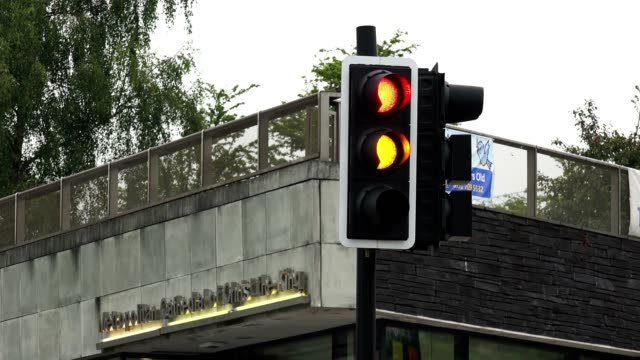 traffic lights changing from red to amber to green. - segnale per macchine e pedoni video stock e b–roll