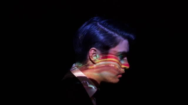 交通燈間隔拍攝一個商人的臉上 - 投射 個影片檔及 b 捲影像