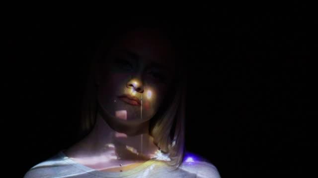 交通燈間隔拍攝一個女人的臉上 - 投射 個影片檔及 b 捲影像