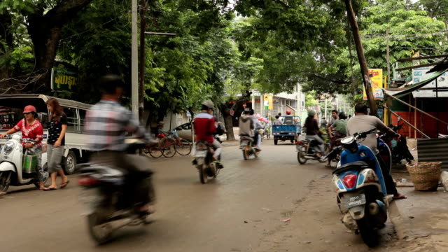 traffico mercato locale di bagan, myanmar - myanmar video stock e b–roll