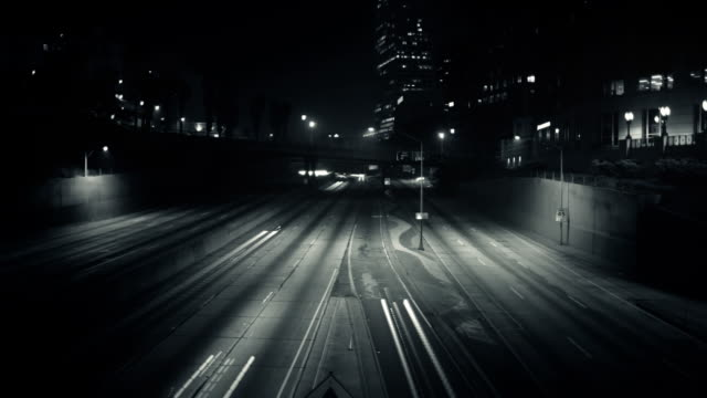 夜の長時間露光 - 都市 モノクロ点の映像素材/bロール