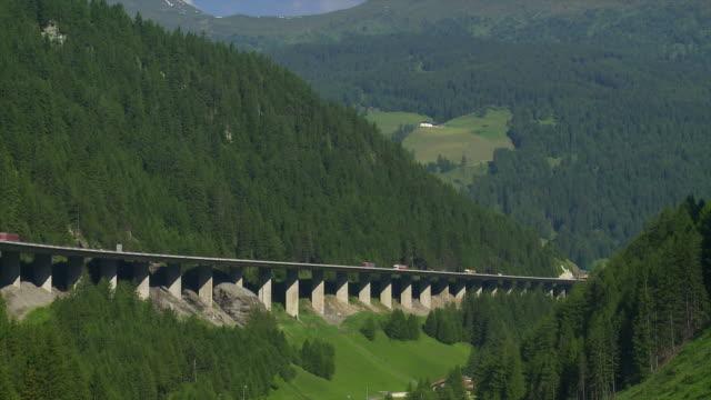traffico su autostrada di montagna hd - stato federato del tirolo video stock e b–roll