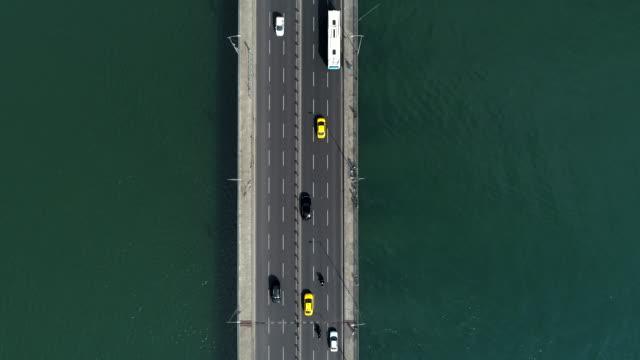 vídeos y material grabado en eventos de stock de tráfico en puente de estambul: aéreo descendente - distrito eminonu