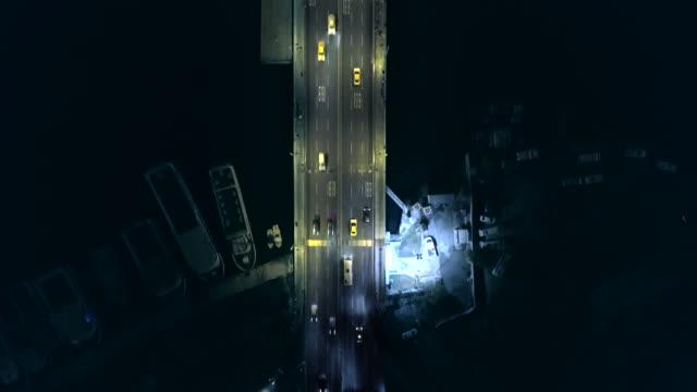 vídeos y material grabado en eventos de stock de tráfico en puente en estambul por la noche: aéreo descendente - distrito eminonu