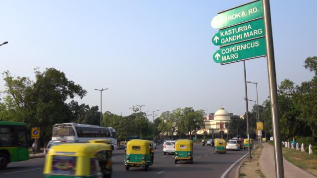 vídeos de stock, filmes e b-roll de tráfego na estrada da cidade em torno da porta de india, nova deli, índia - nova delhi