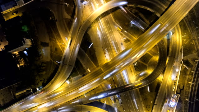 traffic on freeway interchange. aerial night view timelapse city traffic. uhd - top filmów i materiałów b-roll