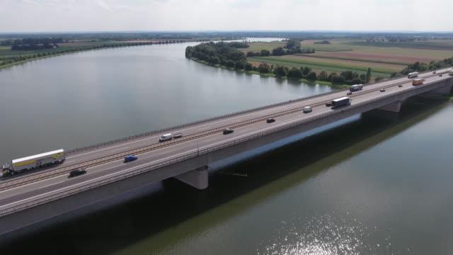 trafik på motorväg bro över big river - realtid bildbanksvideor och videomaterial från bakom kulisserna