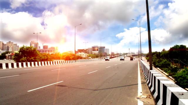 Verkeer op de snelweg onder de prachtige Cloudscape video