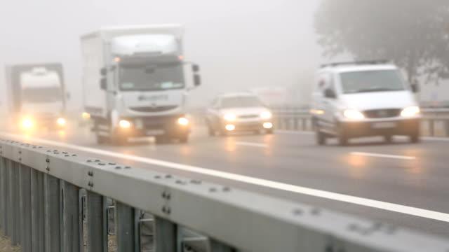 高速道路の上に霧、リアルタイム ビデオ
