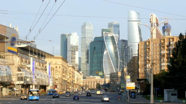 trafiken på morgonen gatan med skyskrapor på bakgrund. moscow, ryssland. - moskva bildbanksvideor och videomaterial från bakom kulisserna