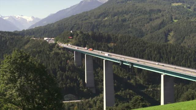 hd ponte europabrücke (europa) nelle alpi - passo montano video stock e b–roll