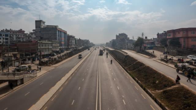 vídeos de stock e filmes b-roll de traffic on the kathmandu ringroad timelapse - neblina causada por temperatura elevada
